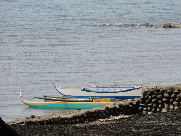 Canoes on the shore of La Libertad waiting to be brought out by the Banogon Clan.