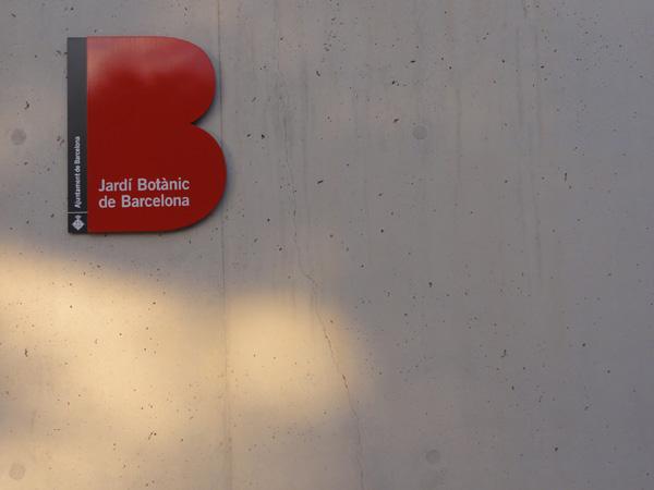 The sign identifying Jardí Botànic de Barcelona.