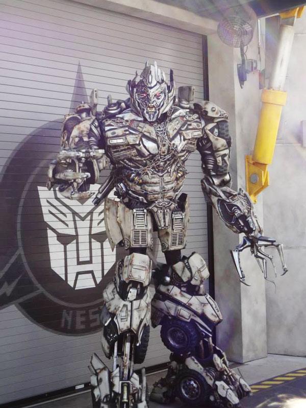 An amazing Megatron actor at Universal Studios.