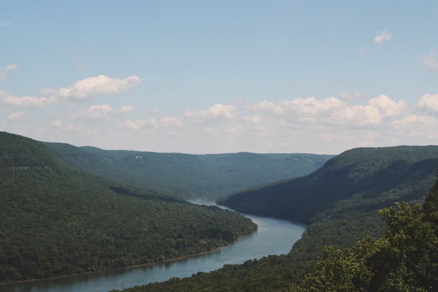 The Tennessee River turns and bends on it's way to Chattanooga as seen from Snooper's Rock.