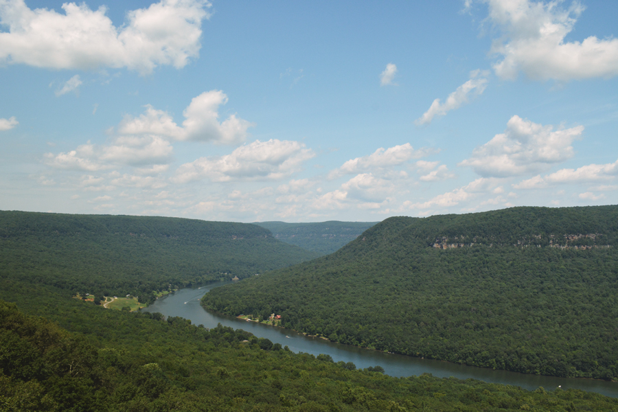 The Tennessee River seen from Snooper's Rock as it flows to Chattanooga.